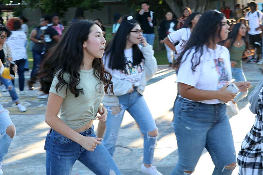 Students+dancing+to+Payaso+del+Rodeo.